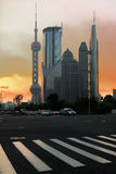 Moderne Bürohaus-Hintergrundnacht in Shanghai Lizenzfreie Stockbilder