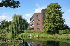 Moderne Büros durch Fluss lizenzfreie stockfotos