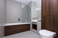 Moderne Badezimmerreihe mit drei Stücken Stockbild