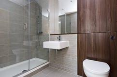 Moderne Badezimmerreihe mit drei Stücken Stockbilder