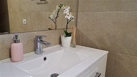 Moderne badkamers in beige tonen met roze accenten stock foto's