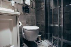 Moderne badkamers in luxehuis royalty-vrije stock afbeelding