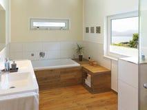 Moderne badkamers met aview aan de kust royalty-vrije stock foto's