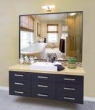 Moderne badkamers met donker kabinet Royalty-vrije Stock Afbeelding