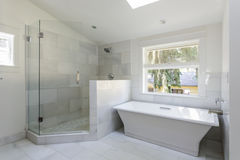 Moderne badkamers met douche en badkuip Stock Foto's