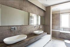 Moderne badkamers met dubbele gootsteen royalty-vrije stock afbeelding