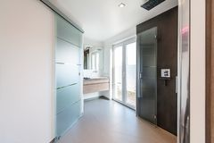 Moderne badkamers met glasdeuren en douchecabine stock afbeelding
