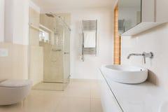 Moderne badkamers met glasdouche stock afbeelding