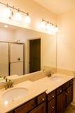 Moderne Badkamers met Ijdelheid Op twee niveaus Stock Fotografie
