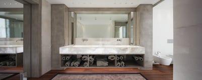 Moderne badkamers met marmer en parket, niemand Royalty-vrije Stock Fotografie