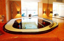 Moderne Badkamers met spiegel en verlichting royalty-vrije stock foto's