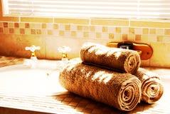 Moderne badkamers met zonneblinden stock afbeelding
