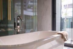 Moderne badkuip in badkamers Stock Afbeeldingen