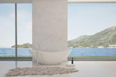 Moderne badkuip tegen groot venster met zeegezichtmening Royalty-vrije Stock Afbeeldingen