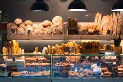 Moderne bakkerij met assortiment van brood stock afbeelding