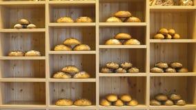 Moderne bakkerij met verschillende soorten brood, cakes en broodjes stock footage