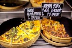 Moderne bakkerij met verschillende soorten cakes en broodjes De smakelijke pastei met hamon en de broccoli op tonen geval dichte  stock fotografie