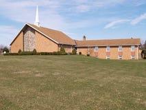 Moderne baksteenkerk met grasgazon Stock Afbeeldingen