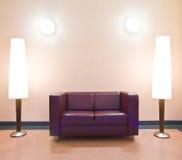 Moderne bank en staand lampen stock afbeeldingen