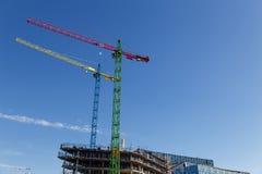 Moderne Baukräne vor blauem Himmel Stockbild