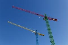 Moderne Baukräne vor blauem Himmel Stockfoto