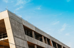 Moderne Baustelle mit blauem Himmel Lizenzfreie Stockfotos