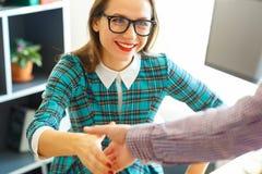 Moderne bedrijfsdievrouw met wapen tot handdruk wordt uitgebreid Stock Fotografie
