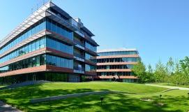 Moderne bedrijfspark en bureaugebouwen Royalty-vrije Stock Foto's