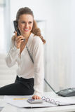 Moderne bedrijfsvrouw in bureau sprekende telefoon Royalty-vrije Stock Foto