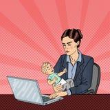 Moderne Bedrijfsvrouw die aan Laptop en Holdingsbaby werken Pop-art Vector Royalty-vrije Stock Afbeeldingen