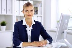 Moderne bedrijfsvrouw in het bureau Royalty-vrije Stock Afbeeldingen