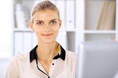 Moderne bedrijfsvrouw in het bureau Stock Afbeeldingen