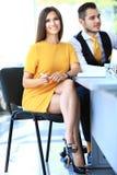Moderne bedrijfsvrouw in het bureau met exemplaar stock foto's