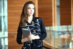 Moderne bedrijfsvrouw in het bureau met exemplaarruimte royalty-vrije stock afbeelding