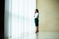Moderne bedrijfsvrouw in het bureau met exemplaarruimte royalty-vrije stock fotografie