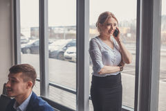 Moderne bedrijfsvrouw in het bureau met exemplaarruimte Stock Fotografie