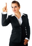 Moderne bedrijfsvrouw wat betreft het abstracte scherm Royalty-vrije Stock Afbeelding