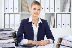 Moderne bedrijfsvrouw of zekere vrouwelijke accountant in bureau Studentenmeisje tijdens examen het voorbereidingen treffen Contr stock foto's