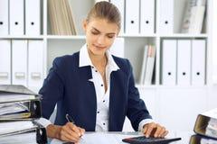 Moderne bedrijfsvrouw of zekere vrouwelijke accountant in bureau Studentenmeisje tijdens examen het voorbereidingen treffen Contr royalty-vrije stock foto's