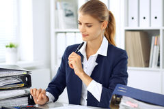 Moderne bedrijfsvrouw of zekere vrouwelijke accountant in bureau Studentenmeisje tijdens examen het voorbereidingen treffen Contr stock foto