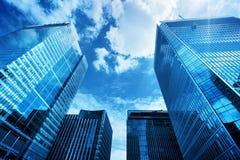 Moderne bedrijfswolkenkrabbers, high-rise gebouwen die, architectuur aan de hemel, zon opheffen Royalty-vrije Stock Afbeeldingen