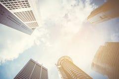 Moderne bedrijfswolkenkrabbers met hoge gebouwen, architectuur aan de hemel Royalty-vrije Stock Afbeeldingen