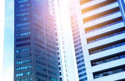 Moderne bedrijfswolkenkrabbers met hoge gebouwen in blauwe toon Royalty-vrije Stock Foto's