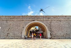 Moderne beeldhouwwerken en historische muur en boog in Antibes Royalty-vrije Stock Afbeeldingen