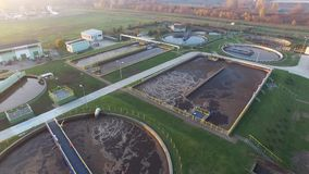 Moderne behandelings van afvalwaterinstallatie, luchtmening stock video