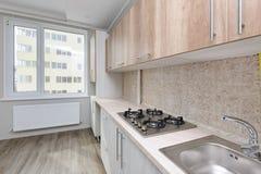 Moderne beige Küche Stockfotografie