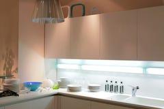 Moderne beige keuken Stock Afbeeldingen