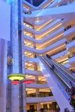 Moderne Beleuchtungspiazzahalle Innen-ï ¼ Œmodern-Bürogebäude, moderne Geschäftsgebäudehalle, inneres Handelsgebäude Lizenzfreies Stockfoto