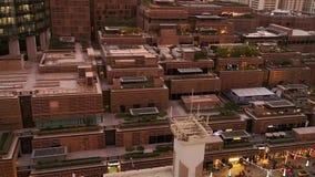 Moderne berühmte von der Luftmarksteine in Abu Dhabi-Stadt - das Mall und der World Trade Center Sheikh Mohammed Bin Rashid Tower stock video