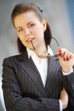 Moderne Berufsgeschäftsfrau mit Gläsern Lizenzfreies Stockbild